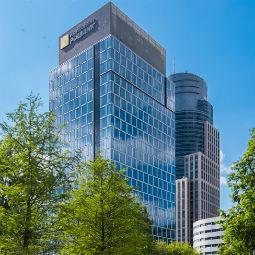 Siedziba Raiffeisen Bank Polska nabyta przez niemiecki fundusz inwestycyjny
